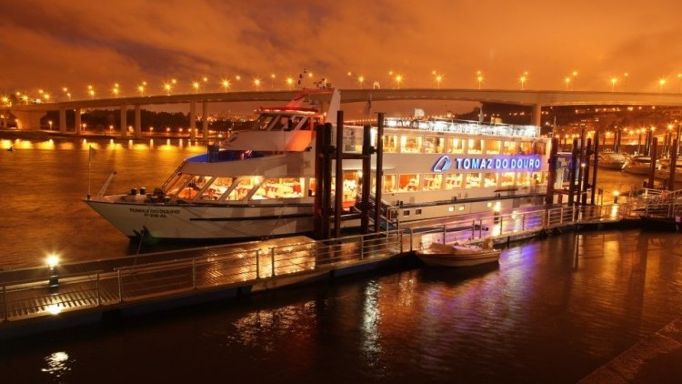 Cruise with dinner and live music on board in Oporto